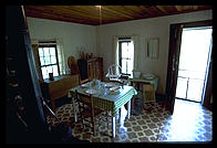 elvis-birthplace-interior-30_1.jpg (8329 bytes)